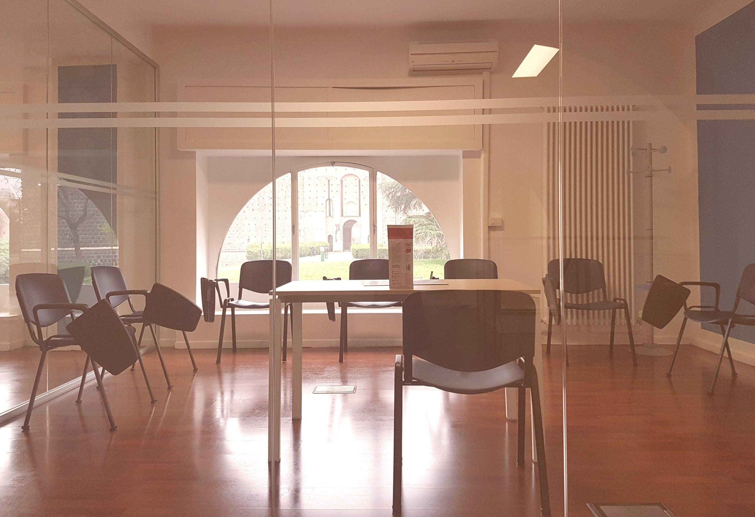 La foto ritrae un'aula della scuola di Milano Castello con la vista sul Castello Sforzersco di Milano
