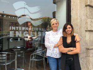 Le titolari della scuola di inglese Milano Castello, Stefania e Federica Cuzzola, davanti ad una delle vetrine della sede IEC Milano Castello