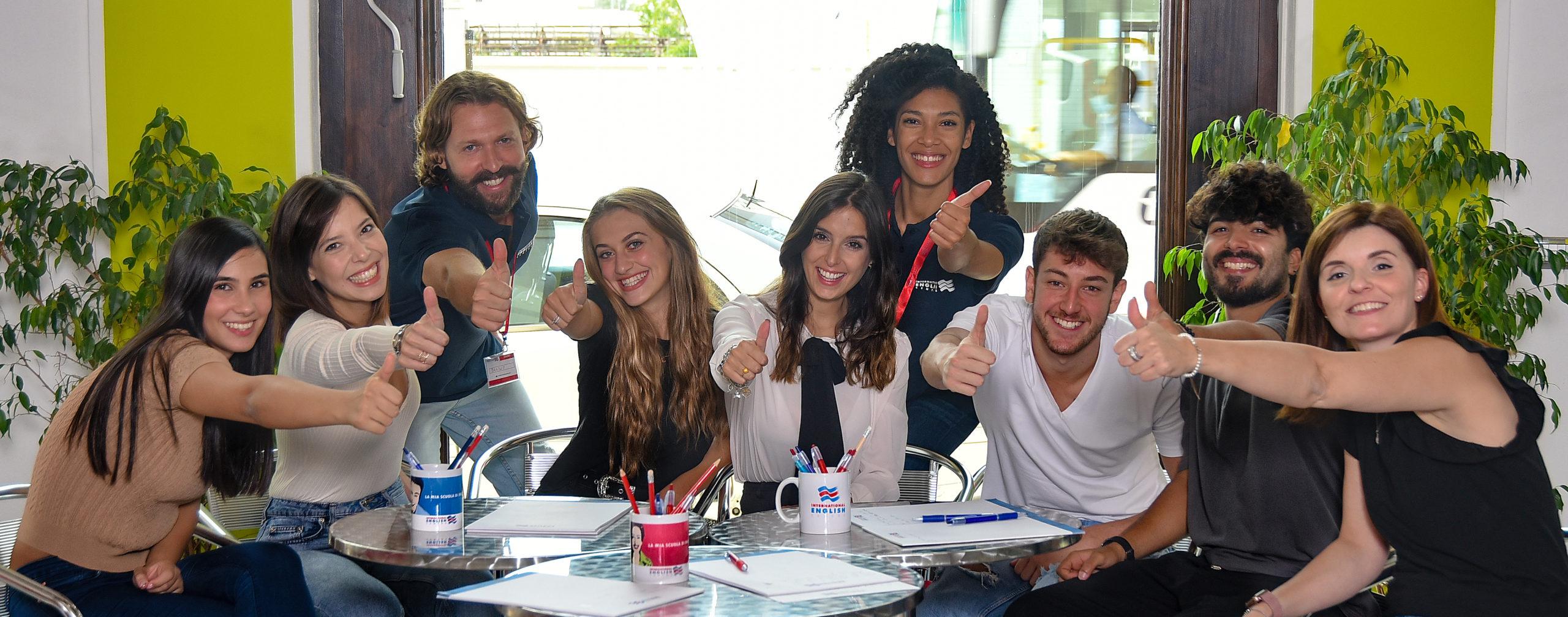 un gruppo di studenti nel social club Iec dopo aver terminato un attività di Real English